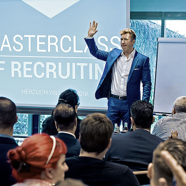 Auf der Bühne präsentiert André May, wie Verkaufstechniken optimiert werden können – Vertrieb Training für Ihren Erfolg.