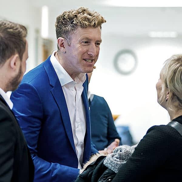 André May berät bei einem Verkaufstraining in München.